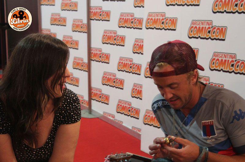 Nuestra enviada Ana Manson charlando con Tom Felton en el eventto